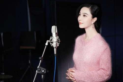 范冰冰穿粉毛衣优雅献唱优雅性感露迷人甜笑