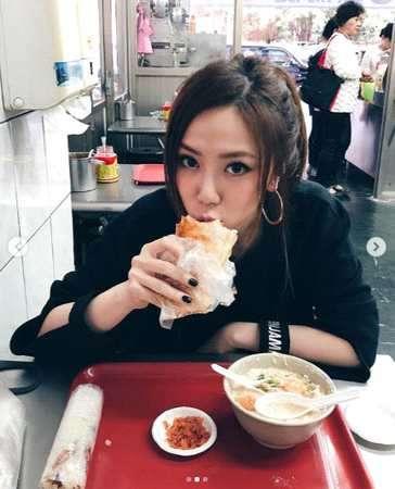 邓紫棋晒吃早餐照片超享受最爱的台湾美食是它