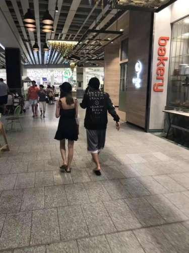 网友偶遇周杰伦昆凌身材超好长腿抢镜