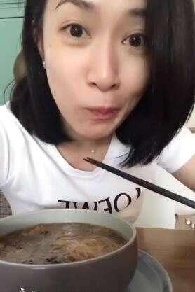 佘诗曼晒吃素食餐视频大眼卖萌十分可爱