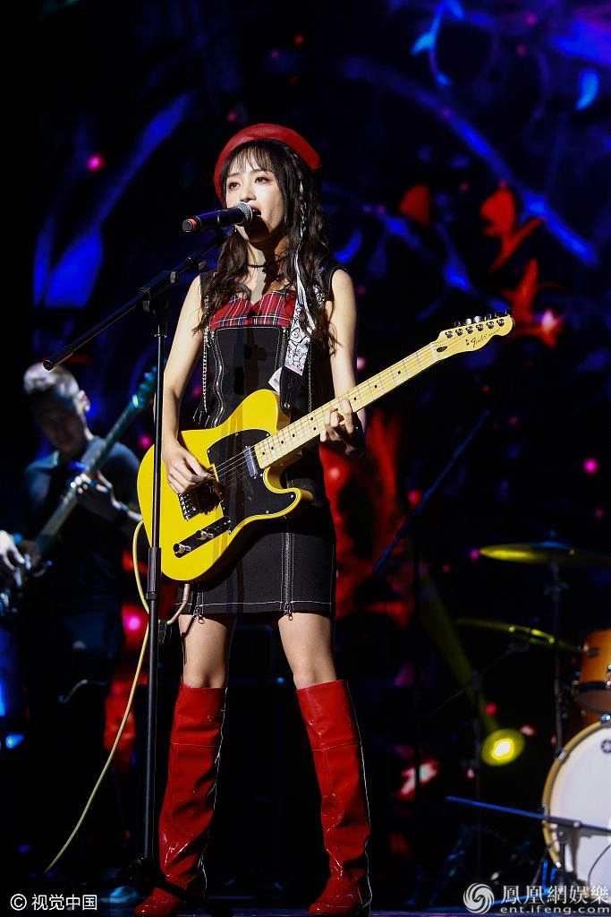 黄婷婷生日会SNH48众美女道贺穿朋克风小短裙飙吉他电晕粉