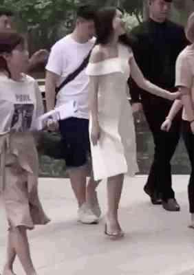 网友偶遇高圆圆一身白裙身材纤细言笑晏晏