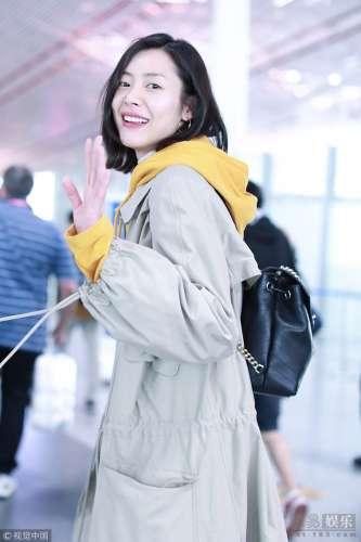 刘雯回眸露招牌笑容气质甜美舒适自然