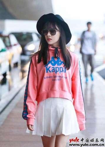 元气少女曹曦月出席海外活动机场街拍甜美可人