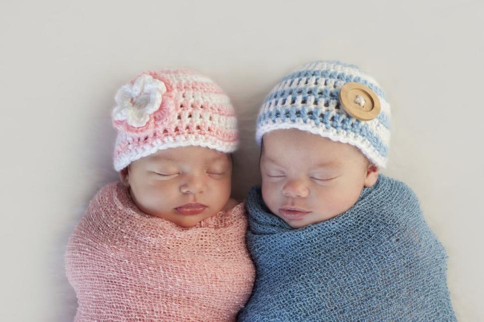 美国女子诞下罕见同母异父双胞胎