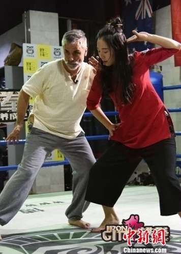 铁拳美少女养成记主播体验传统武术与老师切磋