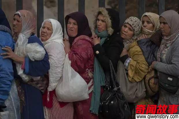 在摩洛哥与梅利利亚接壤处有一个边防站为着一点微薄的酬劳她们在两国边界铤而走险