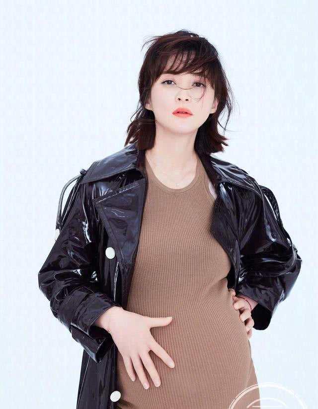 43岁女神蒋勤勤怀二胎拍大片五官jīng致气场出众