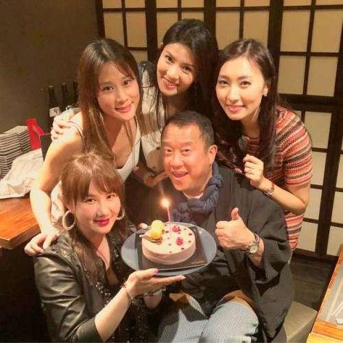 曾志伟开启65岁生日会之旅获4美女包围艳福不浅