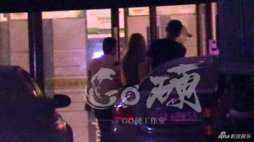 韩东君与外籍美女同出入餐厅酒店举止亲密疑似恋爱