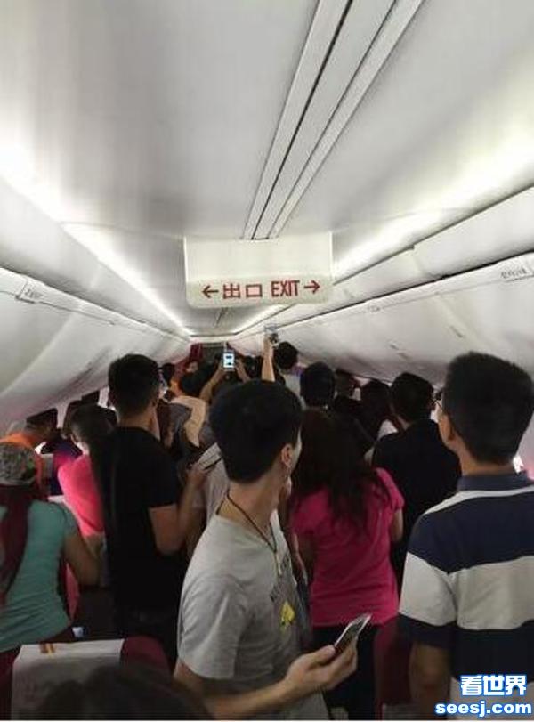 乘客为升舱打空姐航班延误近两小时