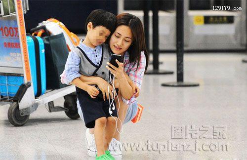 郑钧刘芸机场送别儿子 依依不舍狂索吻