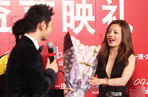 赵薇出席《亲爱的》首映礼 深V装成亮点
