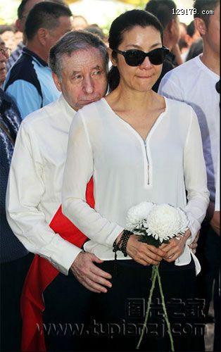 杨紫琼拿督父亲出殡 法拉利总裁戴孝送行